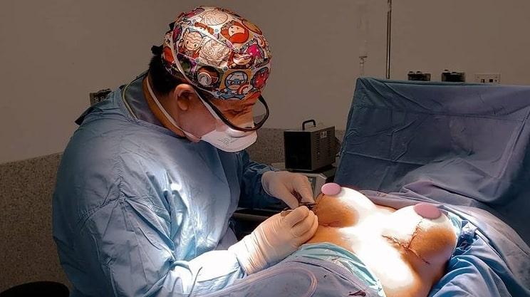 Dr. Milton Rincón operando senos